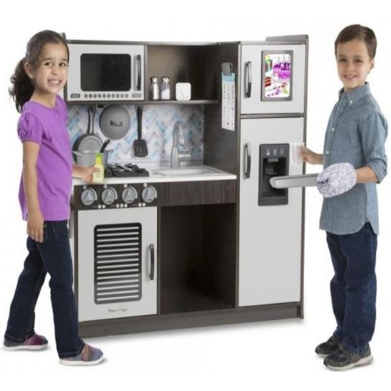 Mädchen und Junge Spielen mit einer Holz Spielküche