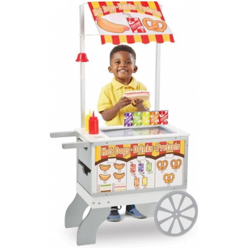 Ein Junge steht am Spielzeug Hot Dog Stand