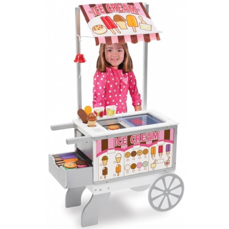 Ein Mädchen steht spielt Verkäufer am Eis Stand