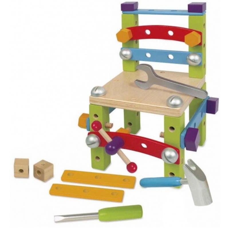 Bunter Baukasten aus Holz bestehend aus Werkzeug und Schrauben und vieles mehr